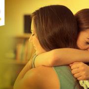 Duas mulheres se abraçando. Apoio emocional.
