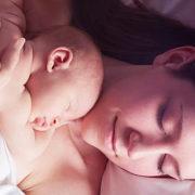 mãe segurando seu bebê recém nascido