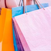 Mulher carregando muitas bolsas de compra